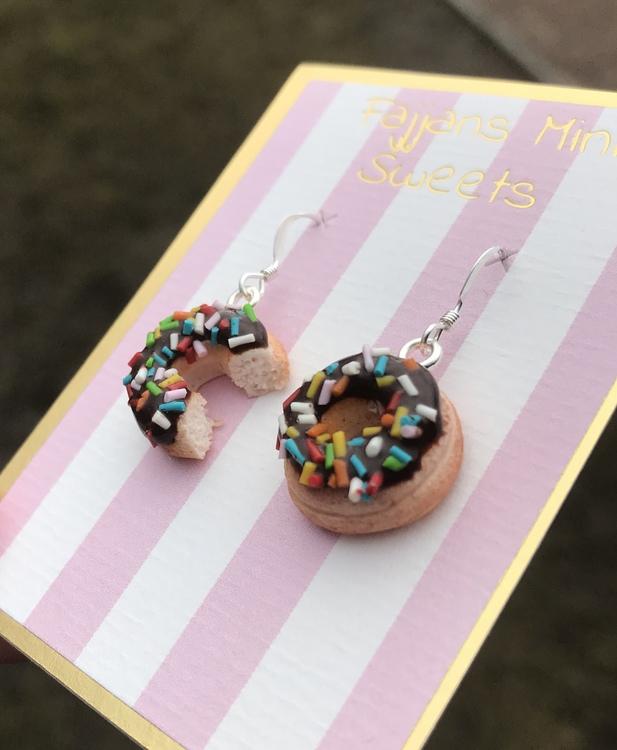 Örhängen, donuts med chokladglasyr och karamellströssel