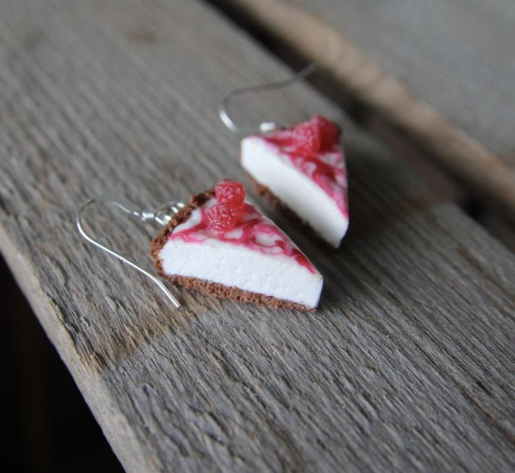 Örhängen, cheesecake med hallon