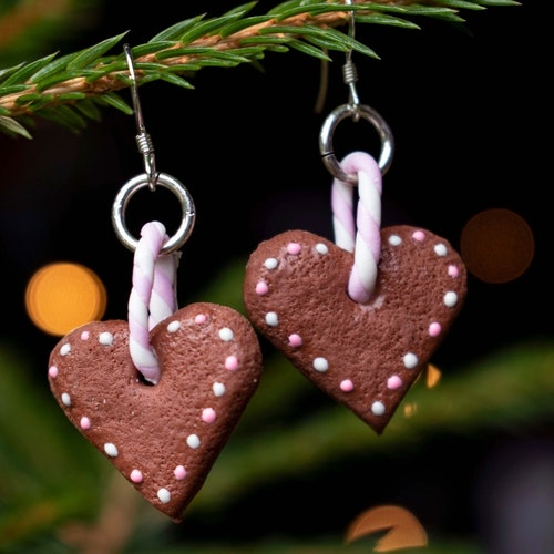 Örhängen, pepparkakshjärta glasyr med vita och rosa prickar