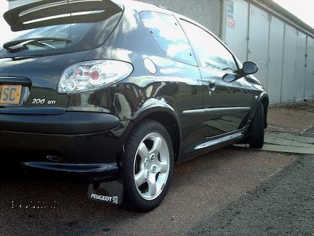 Peugeot 206 med stänkskydd i svart