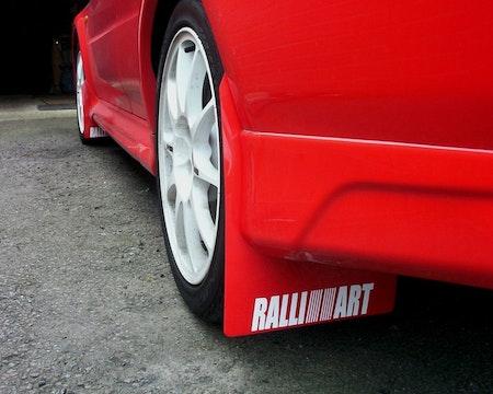 Röda stänkskydd på en röd bil