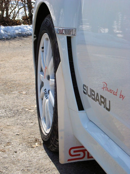 Vita stänkskydd på vit bil