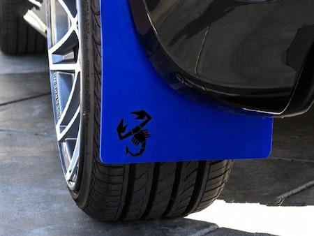 Blå stänkskydd med svart scorpion klistermärke