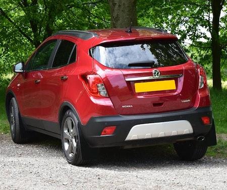 Röd Opel mokka med svarta stänkskydd monterade