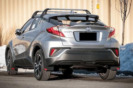 Svarta stänkskydd monterade på Toyota c-hr