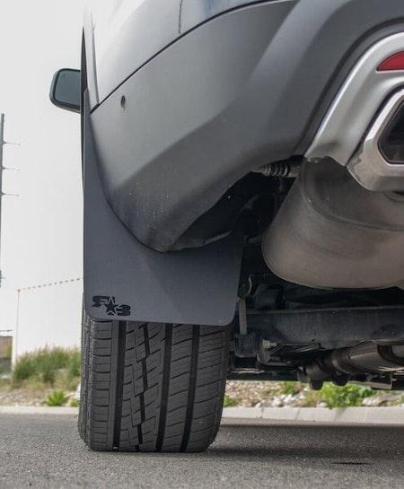 Svarta stänkskydd som monteras enkelt till Ford SUV
