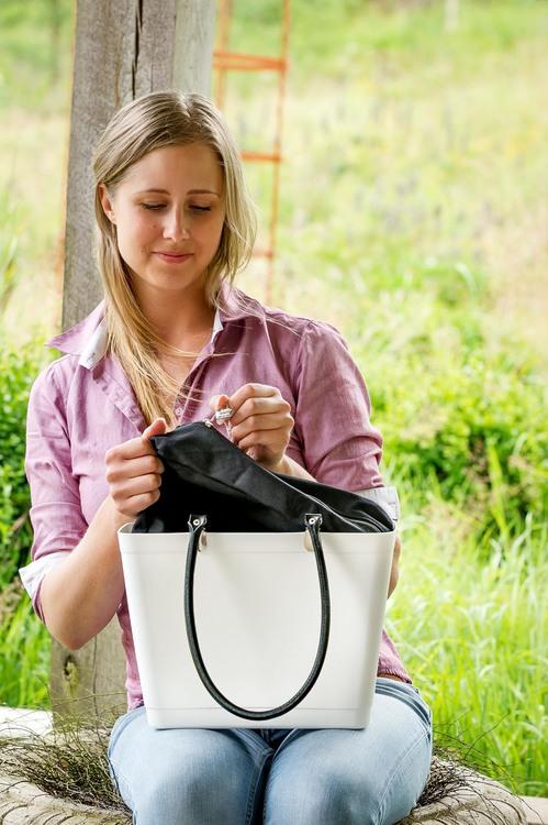 Liten med svarta läderhandtag / magenta/ art nr 205-1