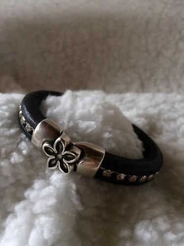 Armband i äkta läder med magnetlås/ blomma, eget hantverk, handled 17,5 cm