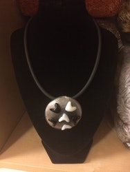 Halsband med stort glashänge