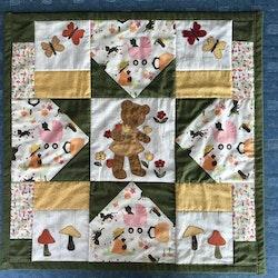 Lapptäcke/babytäcke/quilt med nalle som plockar blommor/SÅLD