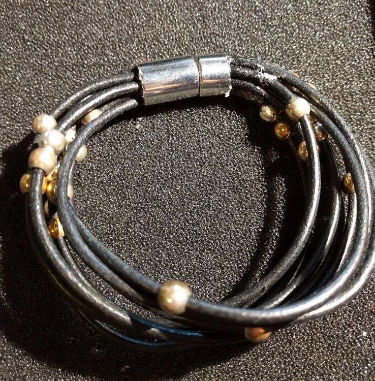 Svart läderarmband med silverkulor