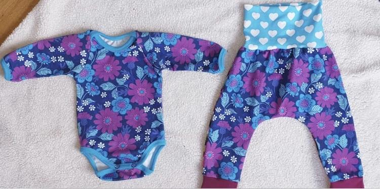 Body och byxa med Retroblommor i blått och lila stl. 62/68