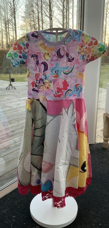Klänning med tecknade ponnys stl. 122