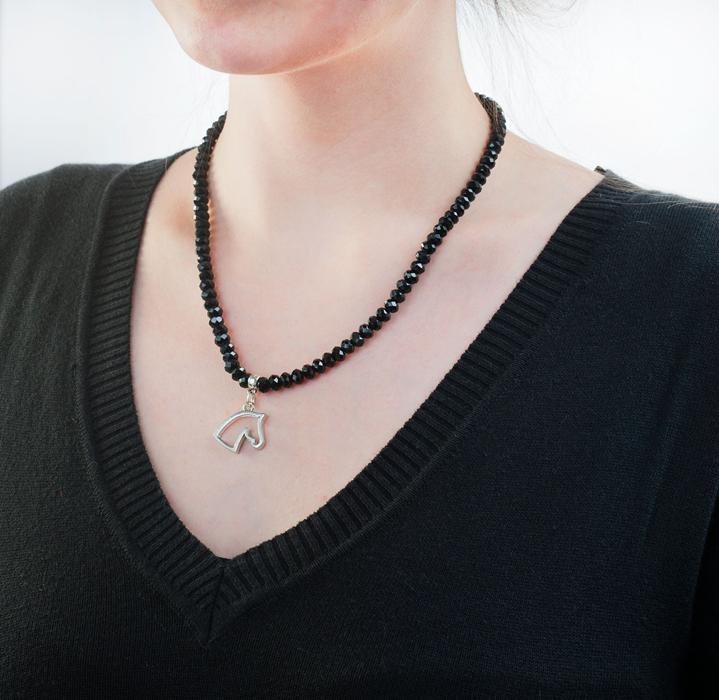 Halsband Svart Pärla med hästmotiv