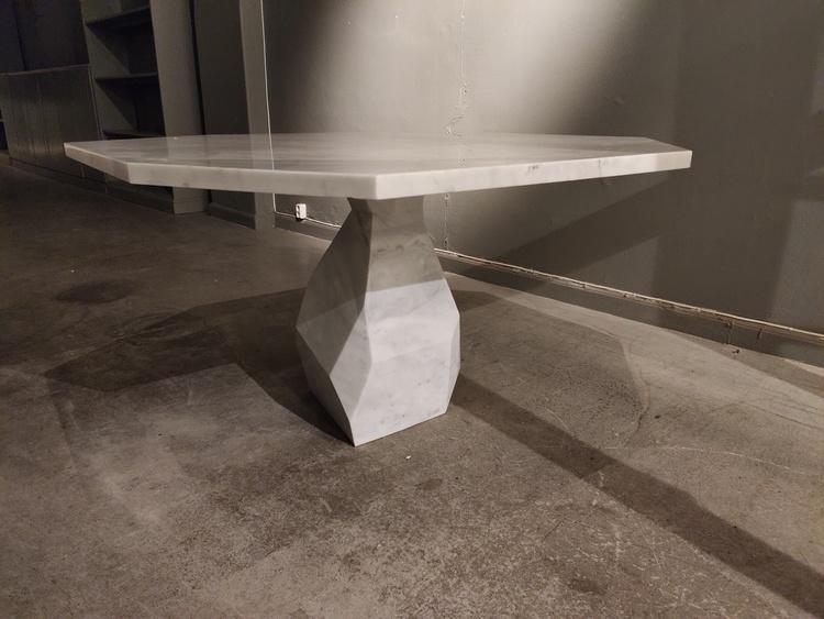 Tisch, Ginger & Jagger Rock - Carrara Marmor