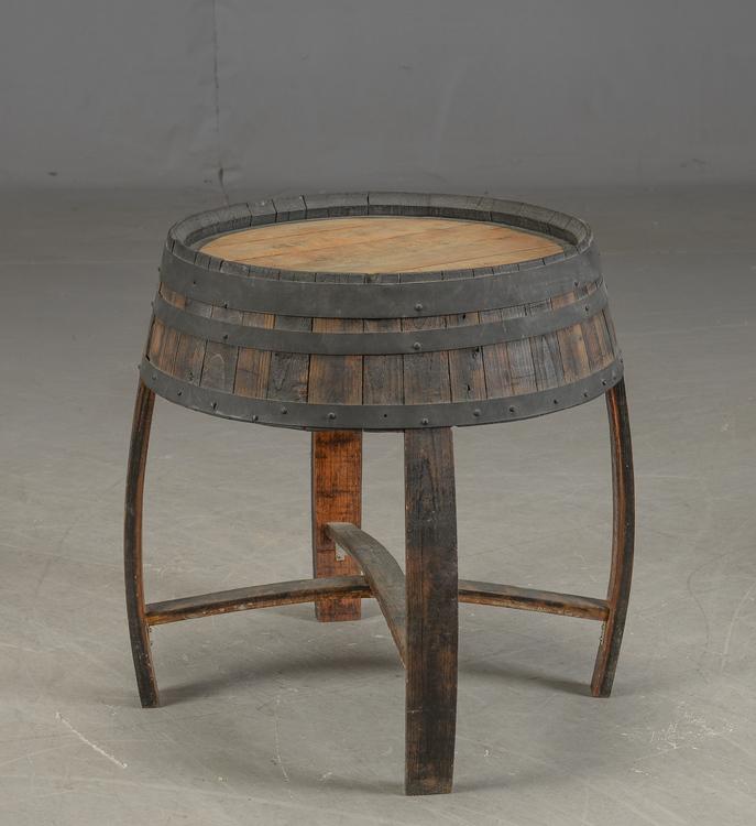 Möbel aus Weintunneln, Hockern & Tischen
