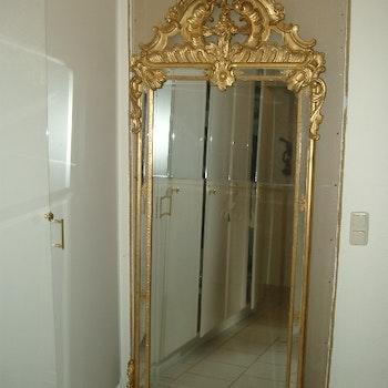 Antiker Spiegel mit verziertem Rahmen