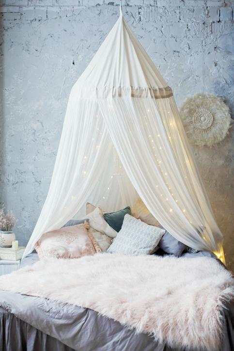 Stor sänghimmel, skapar en massa möjligheter för sovrummet.