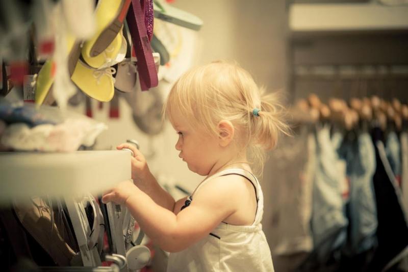 Ett självständigt barn i klädkammaren