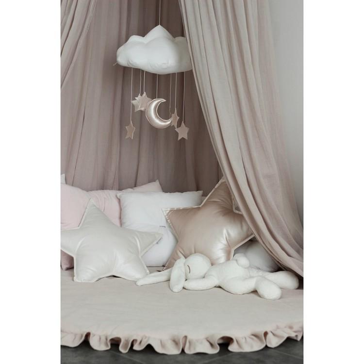 Kudde puderrosa stjärna, Cotton&Sweets pudderrosa kudde stärna på lekmatta under sänghimmel