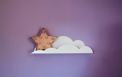 Vit molnhylla/bokhylla i metall till barnrummet