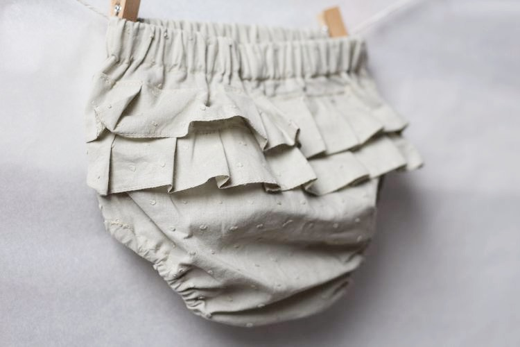 Beige bloomers med volang