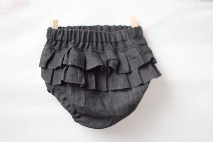 Svarta bloomers i linne med volang