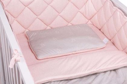 Spjälsängsskydd rosa med grå prickar