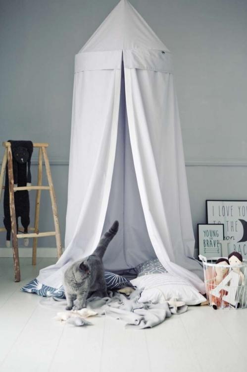 Ljusgrå sänghimmel med ljusslinga  - Little nomad