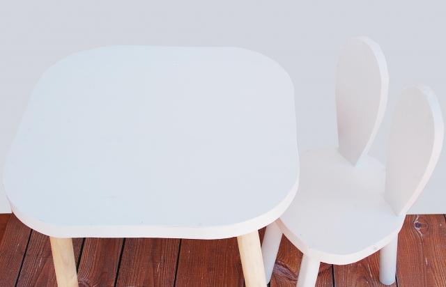 Set om två kaninstolar för större barn , vit vit kaninstol och bord