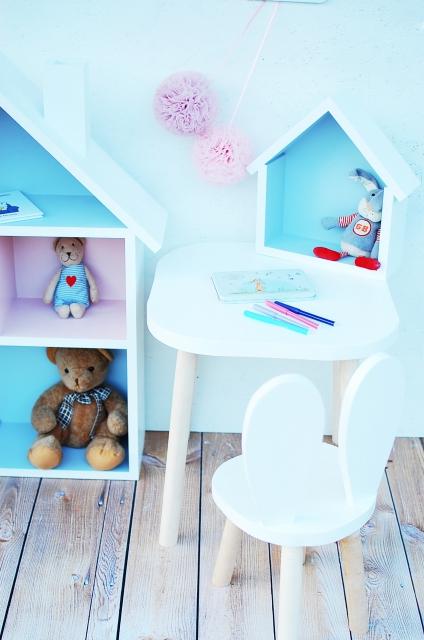 Set om två kaninstolar för större barn , vit stor dockhus och kaninstol med möbelset