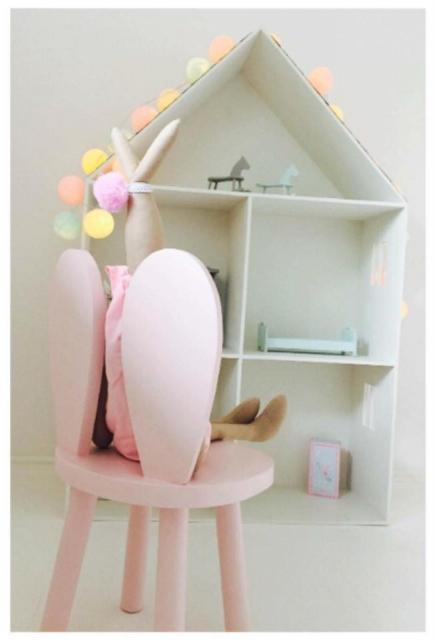 Set om två kaninstolar för barn rosa kaninstol och hushylla