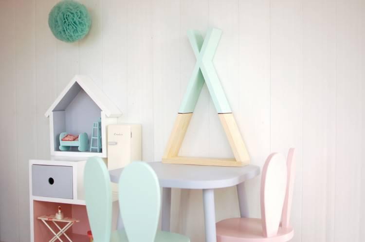 Tipihylla, rosa mint tipihylla i barnrummet med bord och barnmöbler