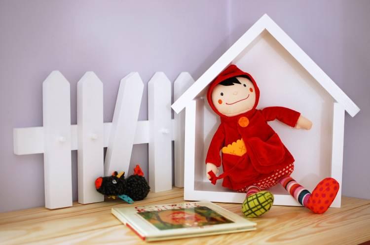 Vägghängare för barnrummet, staket vit vägghängare staket med hushylla och docka