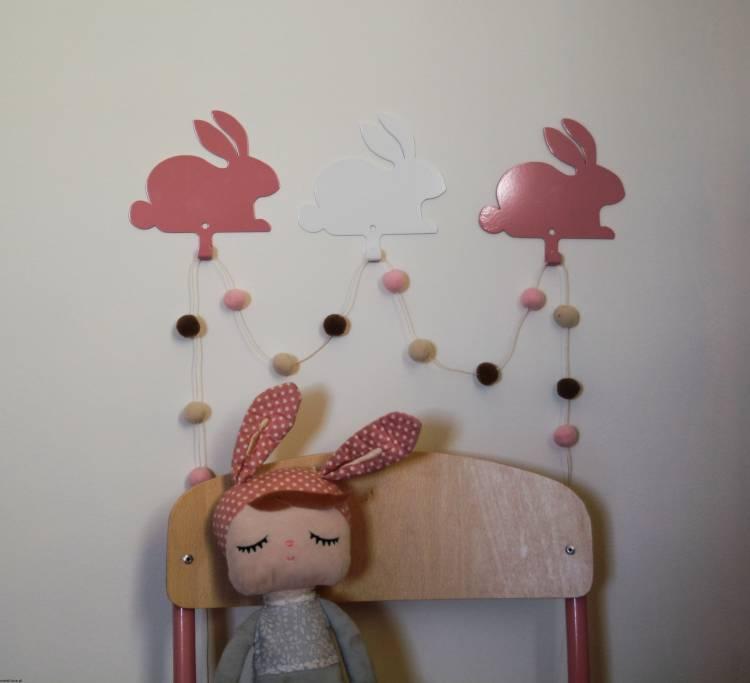 Vägghängare i metall till barnrummet, vit hare