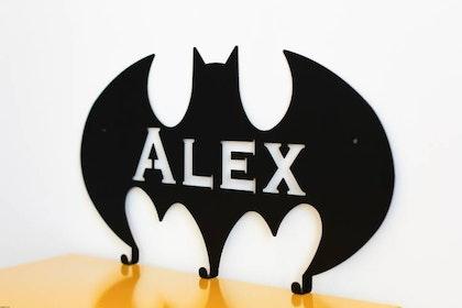 Personlig vägghängare i metall till barnrummet, batman med namn