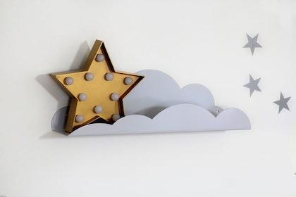 Grå molnhylla/bokhylla i metall till barnrummet