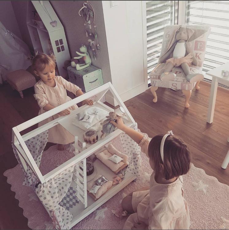 Exklusivt scandihouse dockhus flickor leker med dockhus