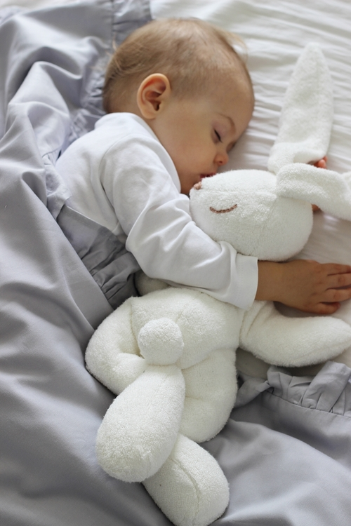 Grå bäddset spjälsäng med kudde och täcke med volang, Cotton and Sweets sovande barn och grå bäddset med volang