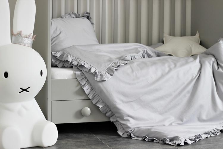 Grå bäddset spjälsäng med kudde och täcke med volang, Cotton and Sweets grå barnsängkläder i spjälsäng