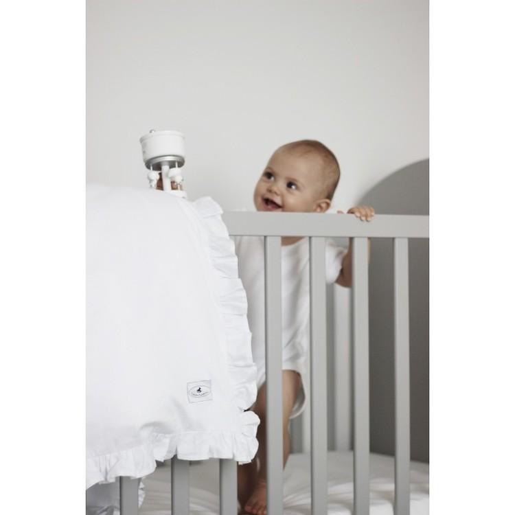 Vit bäddset spjälsäng med kudde och täcke med volang, Cotton and Sweets vit täcke med volang i spjälsäng