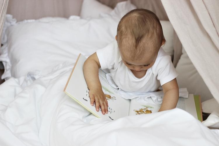 Vitt bäddset junior 100x135 med volang, Cotton & Sweets barn i sängen med vit påslakanset