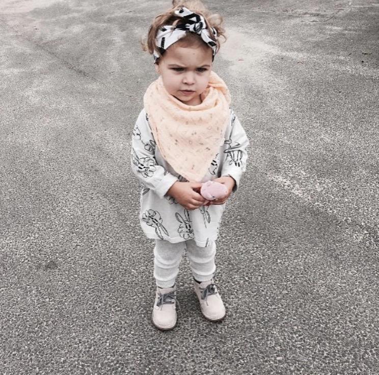 Hårband XX organic en flicka med svart vit hårband