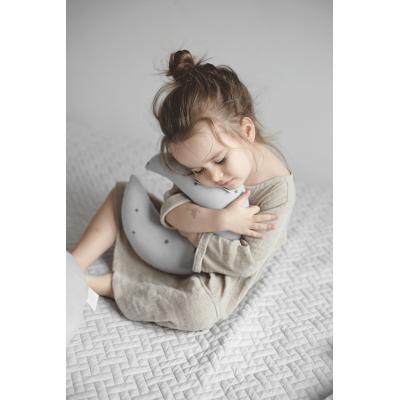 Kudde grå måne, Effii Children World en flicka kramar grå måne kudde