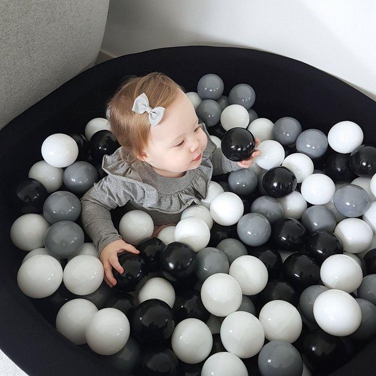 Svart bollhav med 200 plastbollar, Misioo barn i en svart lekpol med bollar