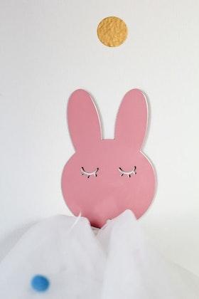 Vägghängare i metall till barnrummet, rosa kanin