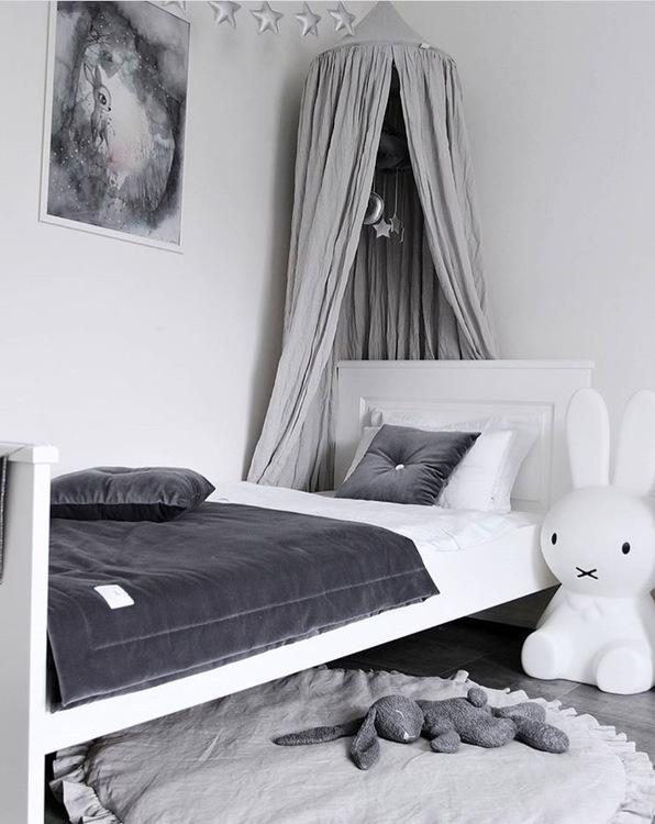 Ljusgrå lekmatta DeLuxe av linne med volang , Cotton & Sweets