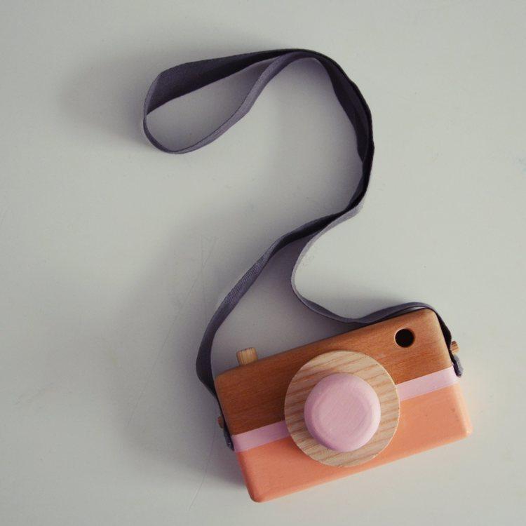 Leksakskamera av trä, peach + pink