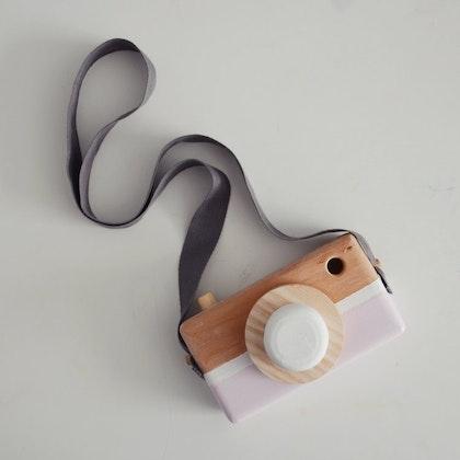 Leksakskamera av trä, powder pink + white