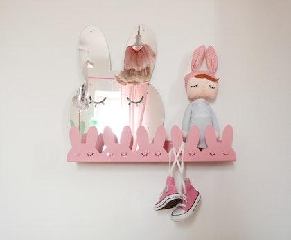 Hylla kaniner i metall till barnrummet, rosa